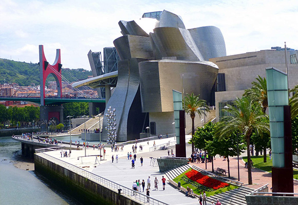 Visita el Museo Guggenheim haciendo un viaje barato en tren a Bilbao