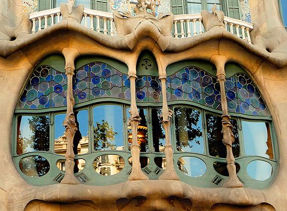 Conoce la arquitectura de Gaudí viajando en AVE a Barcelona