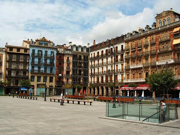 Prepara un viaje barato a Pamplona comprando billetes de tren