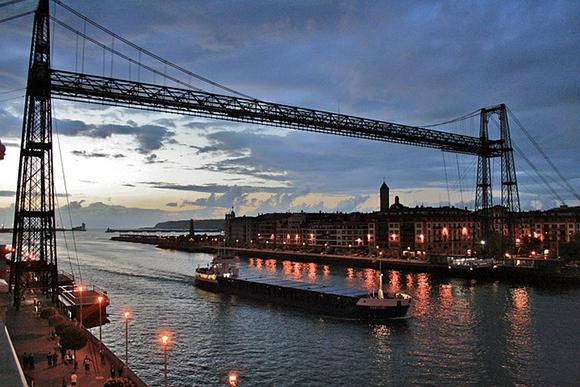Viaja barato en tren a Bilbao y salta desde el puente de Bizkaia