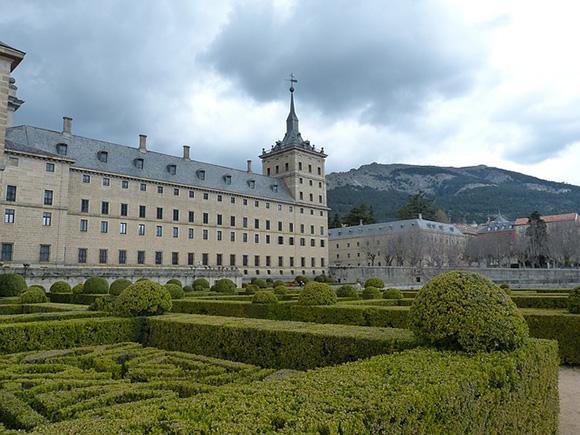 Aprovecha el puente de mayo y visita el Monasterio de El Escorial viajando en trenes AVE a Madrid