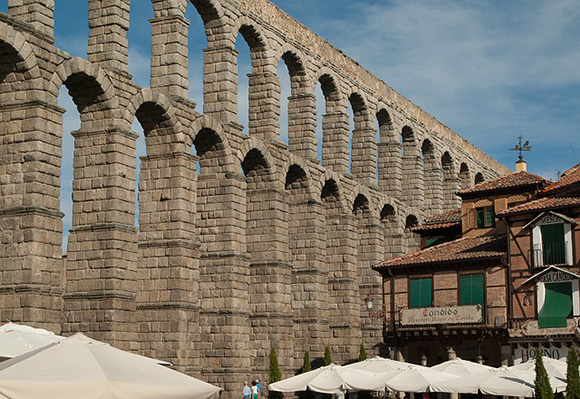 Consigue unos billetes baratos de trenes AVE y viaja a disfrutar de Segovia este mes de mayo 2017