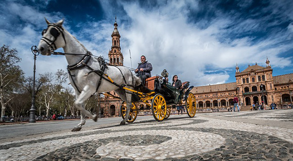 Consigue unos billetes baratos de trenes AVE y viaja a conocer la capital andaluza
