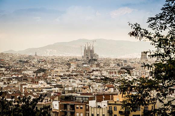 Compra unos billetes para trenes AVE y viaja a Barcelona para visitar la Casa Terrades el próximo fin de semana