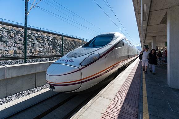 Refuerzo especial de trenes AVE por el puente del Pilar 2017