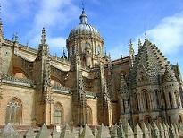 Practica turismo religioso en Salamanca viajando en tren