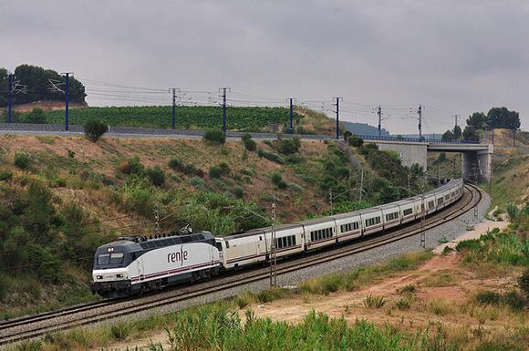 Disfruta de un viaje barato en tren a Granada