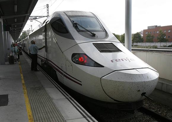 Se refuerzan los trenes para viajar en el puente de Todos los Santos