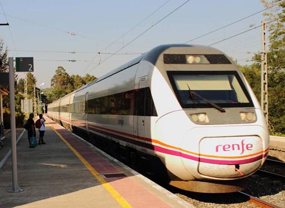 Refuerzos en los trenes entre Galicia y Madrid para el puente