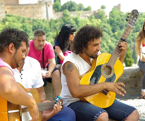 Haz un viaje en tren a Granada y disfruta del Día de la Cruz