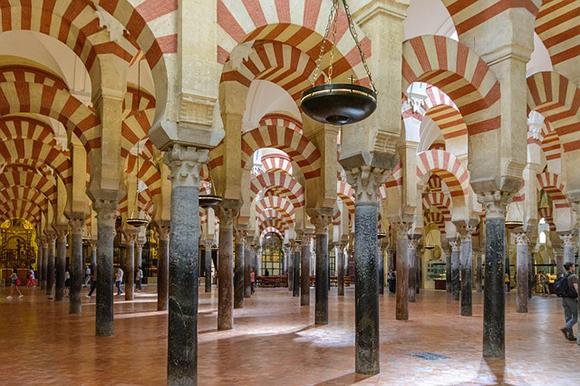 La Mezquita de Córdoba se ha proclamado el mejor sitio de interés turístico de Europa 2017, compra ya unos billetes para trenes AVE y viaja a conocerla