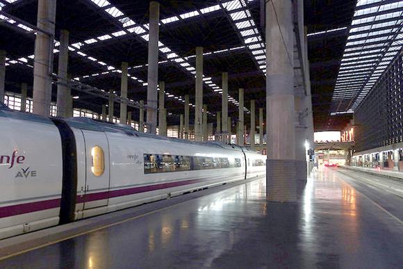 Muchas personas utilizan los trenes AVE para viajar en 2019